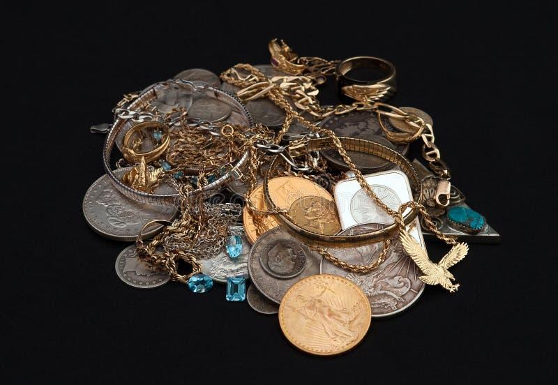Χρυσός και ασήμι απορρίματος με τα νομίσματα στοκ φωτογραφίες με δικαίωμα ελεύθερης χρήσης