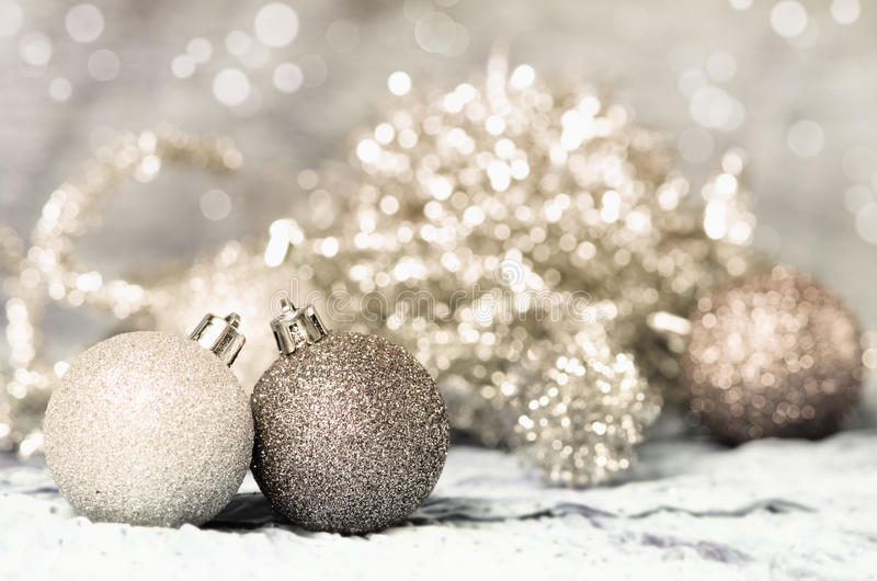 Χρυσός και ασήμι διακοσμήσεων Χριστουγέννων στοκ εικόνες