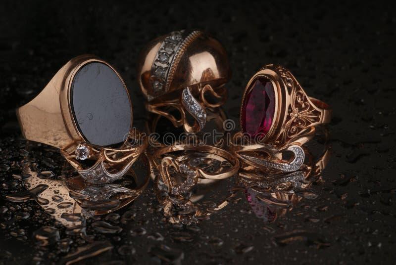 Χρυσός, κοσμήματα σε ένα σκοτεινό υπόβαθρο στοκ φωτογραφίες