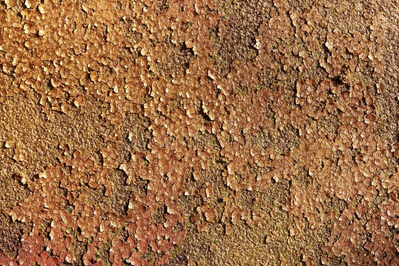 Χρυσός λαμπρός ακτινοβολεί υπόβαθρο σύστασης Σύσταση υποβάθρου του παλαιού σκουριασμένου μετάλλου με το ραγισμένο χρώμα στοκ φωτογραφία με δικαίωμα ελεύθερης χρήσης