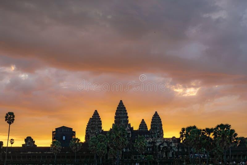 Χρυσός ουρανός από την άποψη ανατολής του αρχαίου ναού στοκ εικόνες
