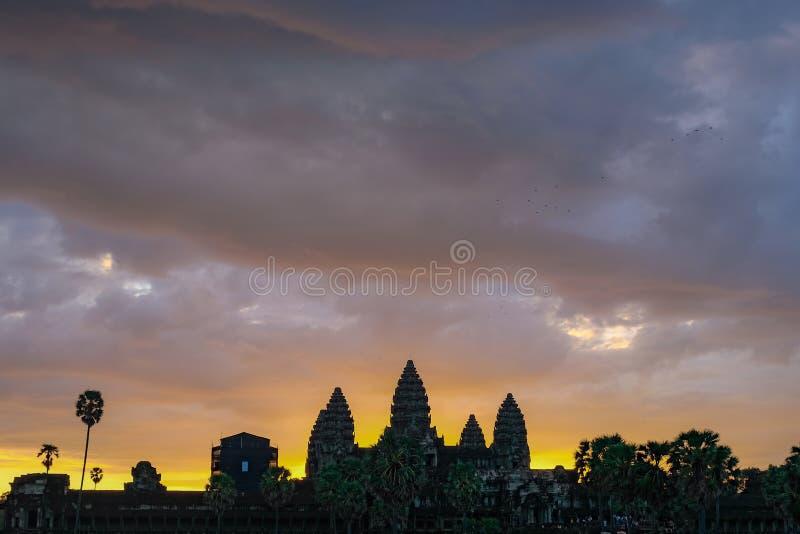 Χρυσός ουρανός από την άποψη ανατολής του αρχαίου ναού στοκ φωτογραφίες