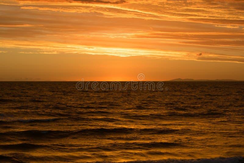 χρυσός πέρα από το ηλιοβασίλεμα θάλασσας στοκ εικόνες