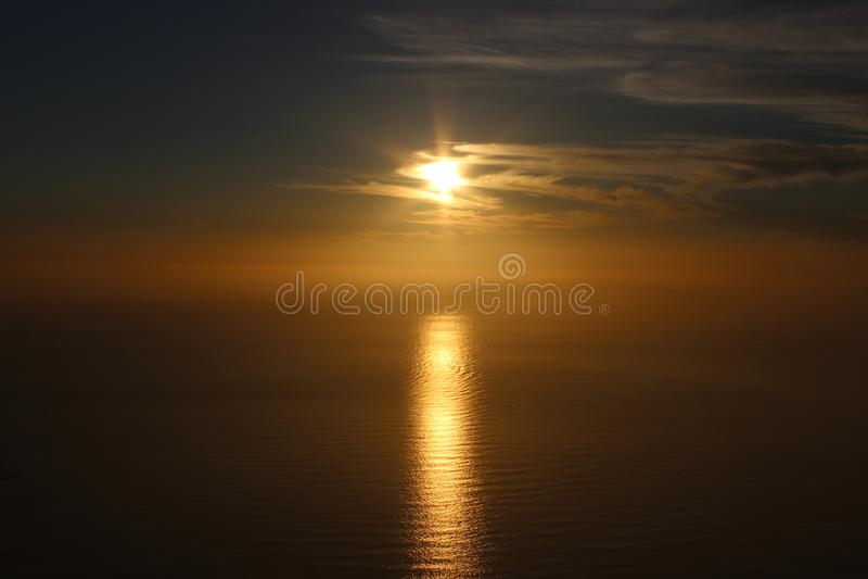 χρυσός πέρα από το ηλιοβασίλεμα θάλασσας στοκ φωτογραφίες