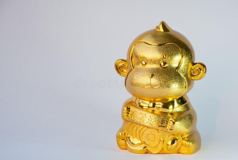 Χρυσός πίθηκος με το χρυσό νόμισμα για το κινεζικό νέο έτος στοκ φωτογραφίες