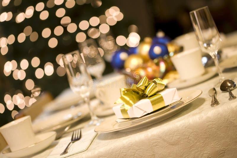 Χρυσός παρών να δειπνήσει στον πίνακα στοκ φωτογραφία