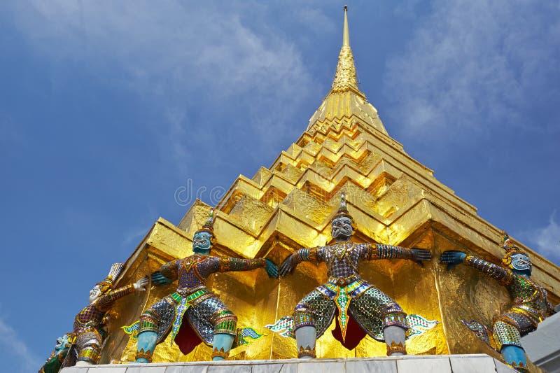 Χρυσός πύργος στο μεγάλο παλάτι στη Μπανγκόκ στοκ εικόνες