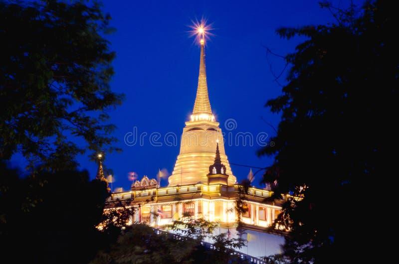 Χρυσός τοποθετήστε το λουρί khao phu στο χρόνο λυκόφατος, Wat Saket, ο χρυσός ναός βουνών, διάσημος ναός στη Μπανγκόκ στοκ φωτογραφίες με δικαίωμα ελεύθερης χρήσης