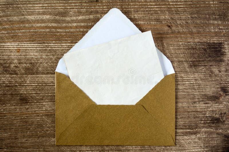 Χρυσός φάκελος με την κενή επιστολή στοκ φωτογραφία με δικαίωμα ελεύθερης χρήσης