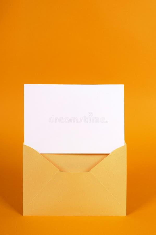 Χρυσός φάκελος με την κενή κάρτα μηνυμάτων στοκ φωτογραφία με δικαίωμα ελεύθερης χρήσης