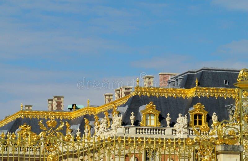 Χρυσός φράκτης με τη διακόσμηση στο παλάτι των Βερσαλλιών στοκ εικόνα