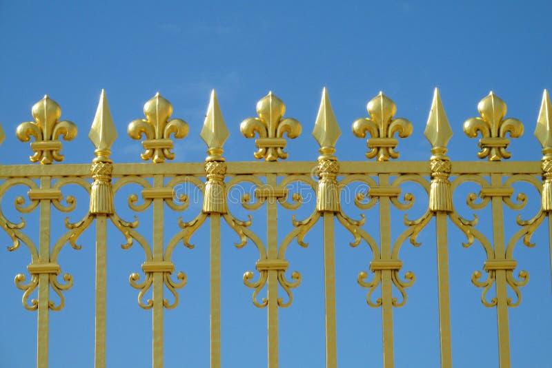 Χρυσός φράκτης με τις βελόνες και τις διακοσμήσεις στοκ εικόνες με δικαίωμα ελεύθερης χρήσης