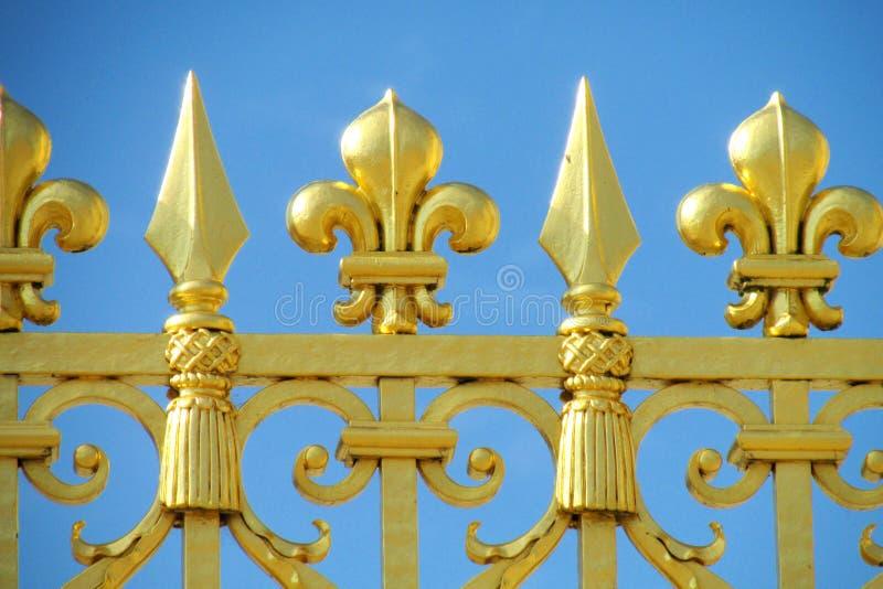 Χρυσός φράκτης με τις διακοσμήσεις βελόνων στοκ φωτογραφίες
