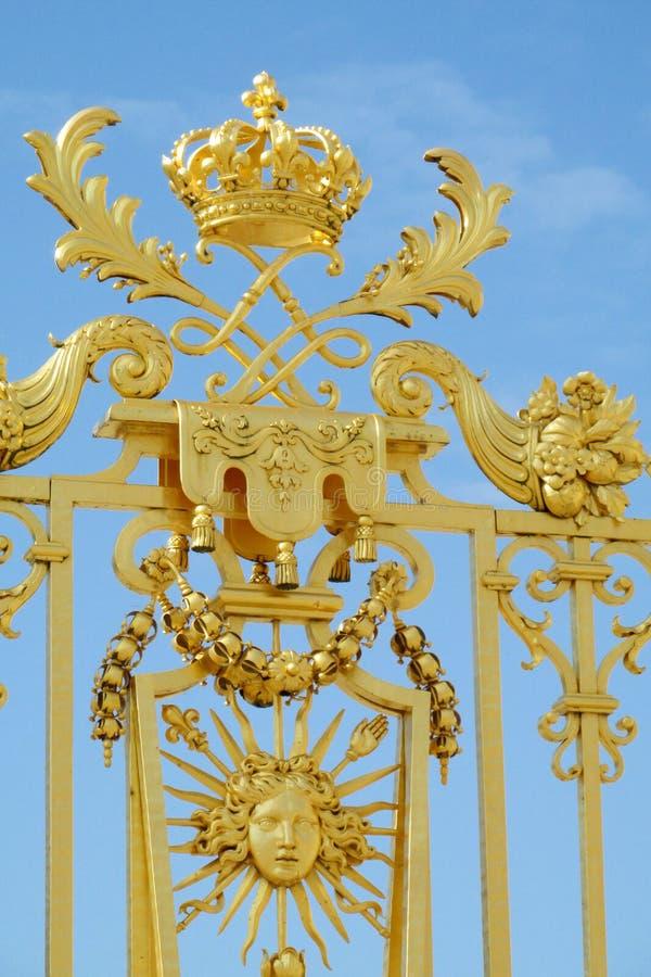 Χρυσός φράκτης με τις διακοσμήσεις και το σύμβολο του ήλιου στοκ φωτογραφίες