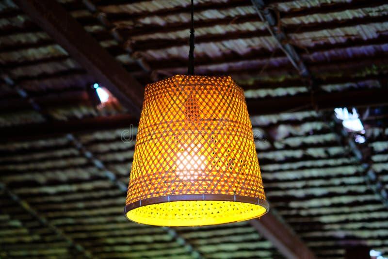 Χρυσός φωτισμός με τις καφετιές φωλιές μπαμπού στοκ φωτογραφίες