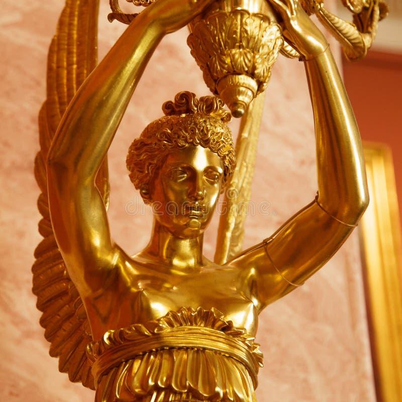 Χρυσό άγαλμα γυναικών αγγέλου στοκ φωτογραφία
