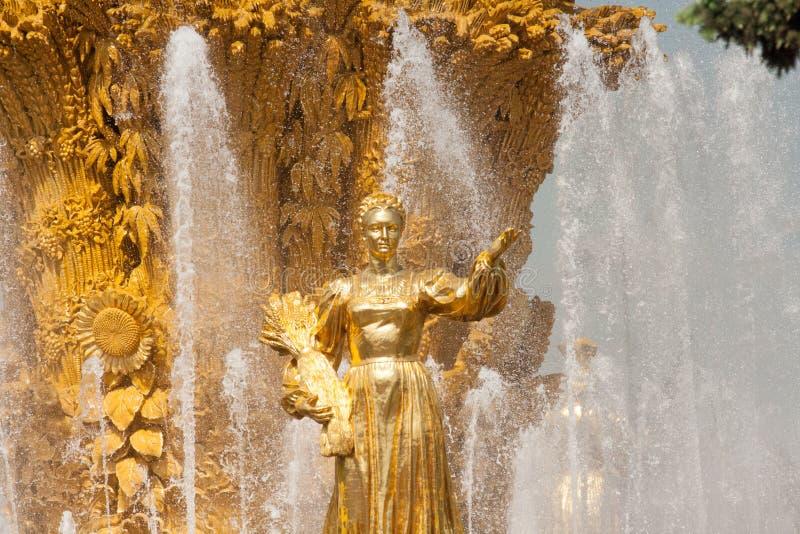 Χρυσό άγαλμα της φιλίας πηγών ` των εθνών ` σε VDNKH - μια σοβιετική αρχιτεκτονική στη Μόσχα Ρωσία στοκ φωτογραφία με δικαίωμα ελεύθερης χρήσης