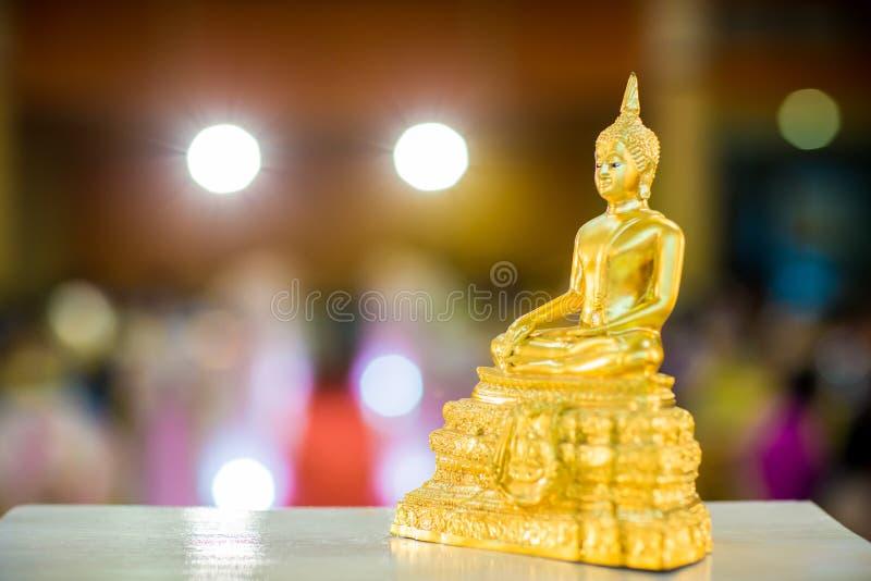 Χρυσό άγαλμα του Βούδα στον πίνακα σύμβολο της θρησκείας βουδισμού στην ταϊλανδική γαμήλια τελετή imagr για τα αντικείμενα, και τ στοκ φωτογραφία με δικαίωμα ελεύθερης χρήσης