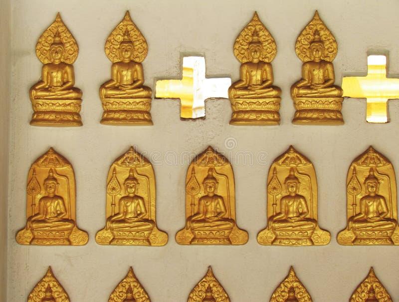 Χρυσό άγαλμα του Βούδα στόκων στον τοίχο για να διακοσμήσει τη θέση και τη λατρεία στοκ εικόνες με δικαίωμα ελεύθερης χρήσης