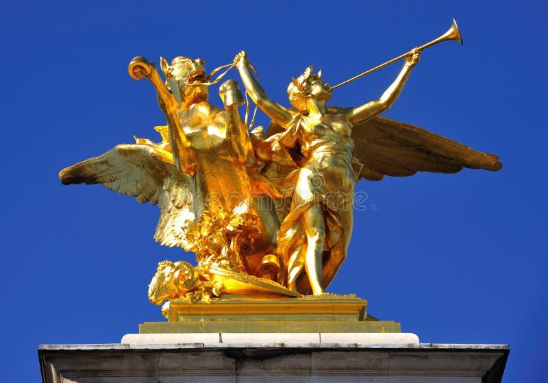χρυσό άγαλμα του Παρισι&omicron στοκ φωτογραφίες