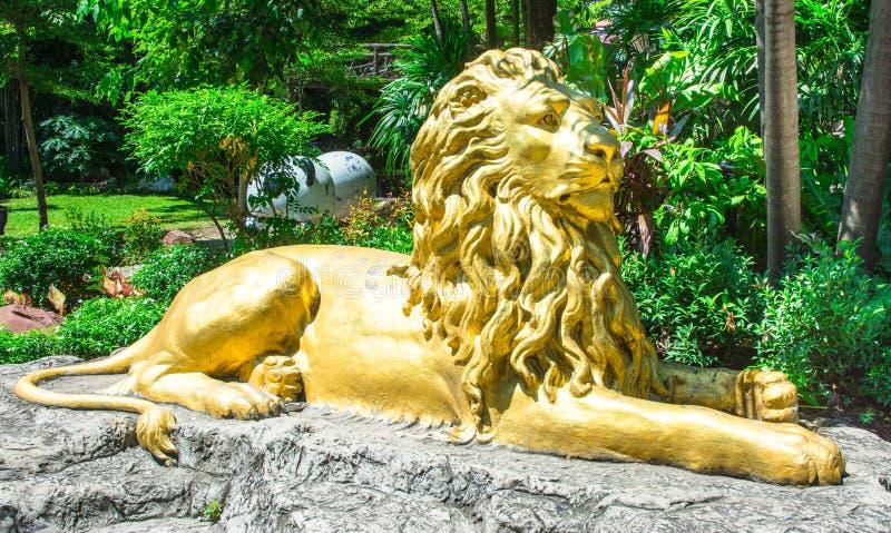 Χρυσό άγαλμα λιονταριών στη φύση στοκ εικόνα