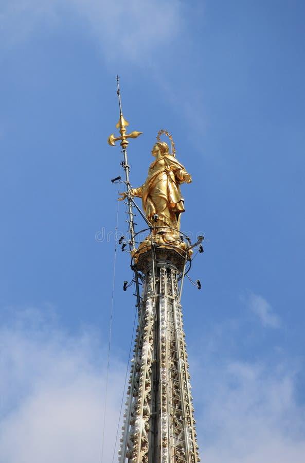 Χρυσό άγαλμα Madonnina στο Μιλάνο στοκ εικόνα