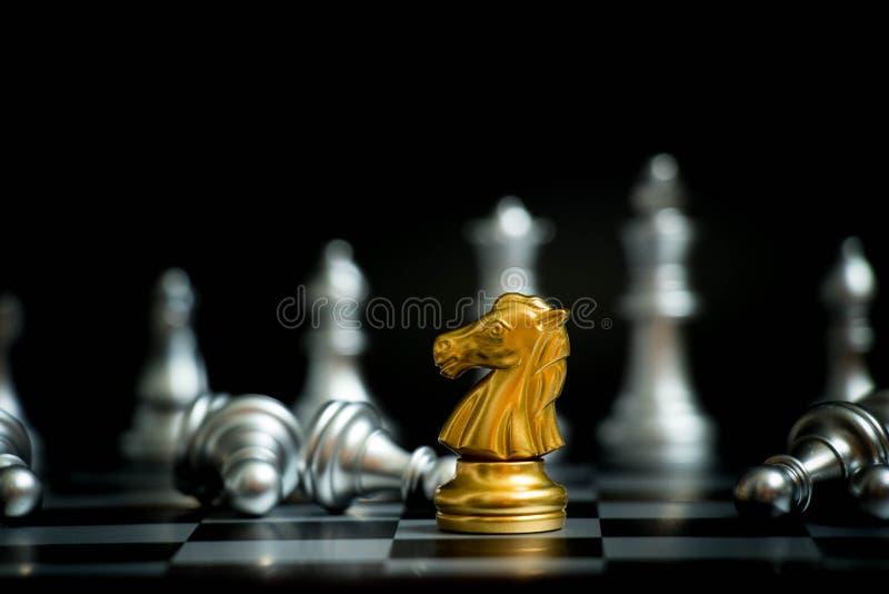 Χρυσό άλογο στο πρόσωπο παιχνιδιών σκακιού με τη μια άλλη ασημένια ομάδα στοκ φωτογραφία με δικαίωμα ελεύθερης χρήσης