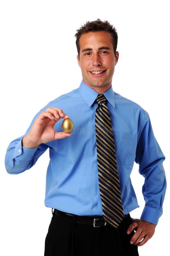 χρυσό άτομο εκμετάλλευσης αυγών στοκ εικόνα