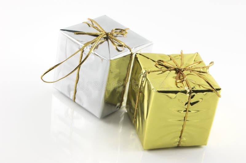 χρυσό ασήμι δώρων κιβωτίων στοκ εικόνα