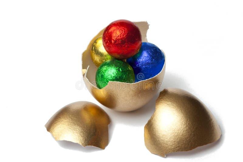 Χρυσό αυγό με τις σοκολάτες στοκ φωτογραφία με δικαίωμα ελεύθερης χρήσης