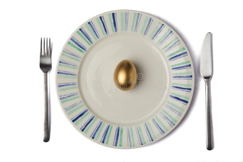 Χρυσό αυγό στο πιάτο στοκ φωτογραφία με δικαίωμα ελεύθερης χρήσης