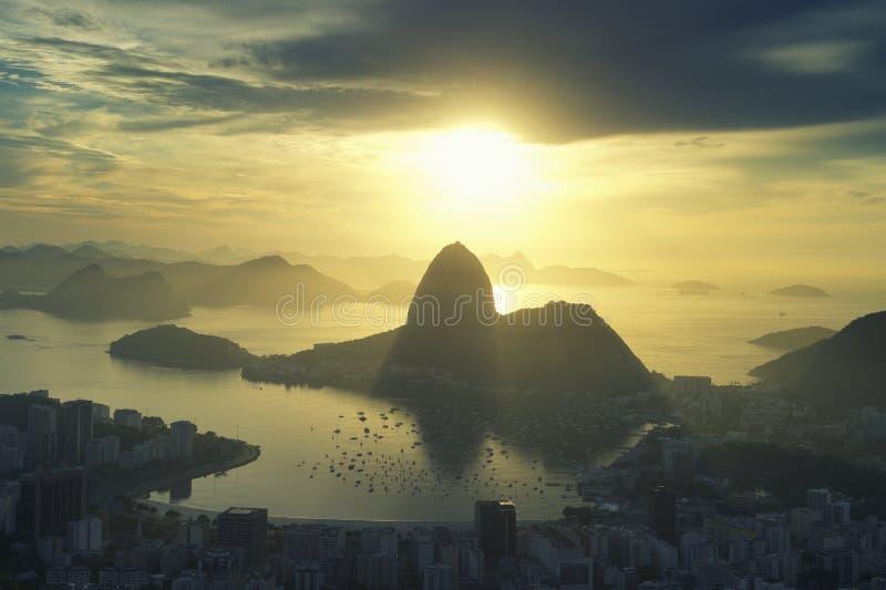 Χρυσό βουνό Sugarloaf ανατολής της Βραζιλίας Ρίο ντε Τζανέιρο στοκ εικόνα