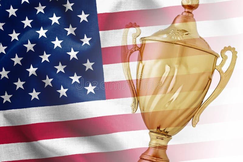 Χρυσό βραβείο τροπαίων στη εθνική σημαία των ΗΠΑ στοκ εικόνες