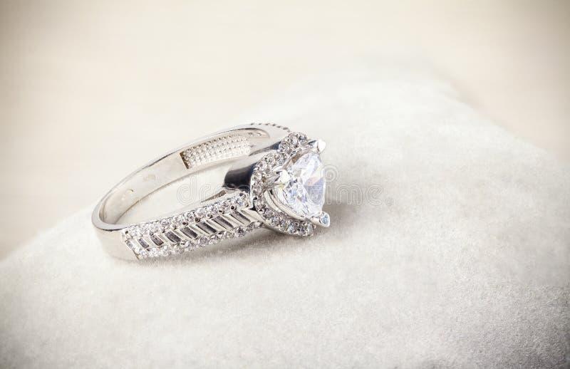 Χρυσό γαμήλιο δαχτυλίδι στοκ εικόνα με δικαίωμα ελεύθερης χρήσης