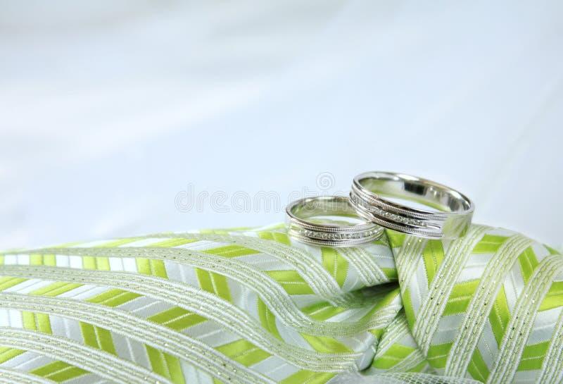 χρυσό γαμήλιο λευκό δαχτυλιδιών στοκ εικόνες με δικαίωμα ελεύθερης χρήσης
