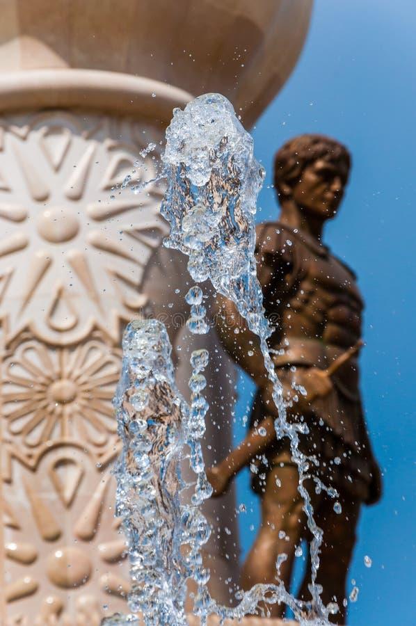 Χρυσό γλυπτό πολεμιστών πίσω από τα σταματημένα έγκαιρα ρέοντας ρεύματα νερού πηγών ως μέρος του διάσημου μνημείου που αφιερώνετα στοκ φωτογραφίες