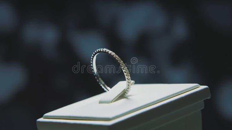 Χρυσό δαχτυλίδι δάχτυλων με τον κίτρινο πολύτιμο λίθο Δαχτυλίδι στο χρυσό με τους σαπφείρους browm, γαμήλιο δαχτυλίδι - κοσμήματα στοκ εικόνα