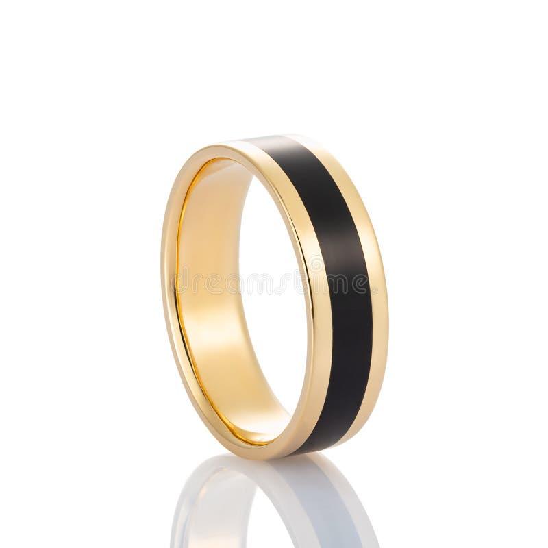 Χρυσό δαχτυλίδι με το μαύρο σμάλτο που απομονώνεται στο άσπρο υπόβαθρο στοκ εικόνες