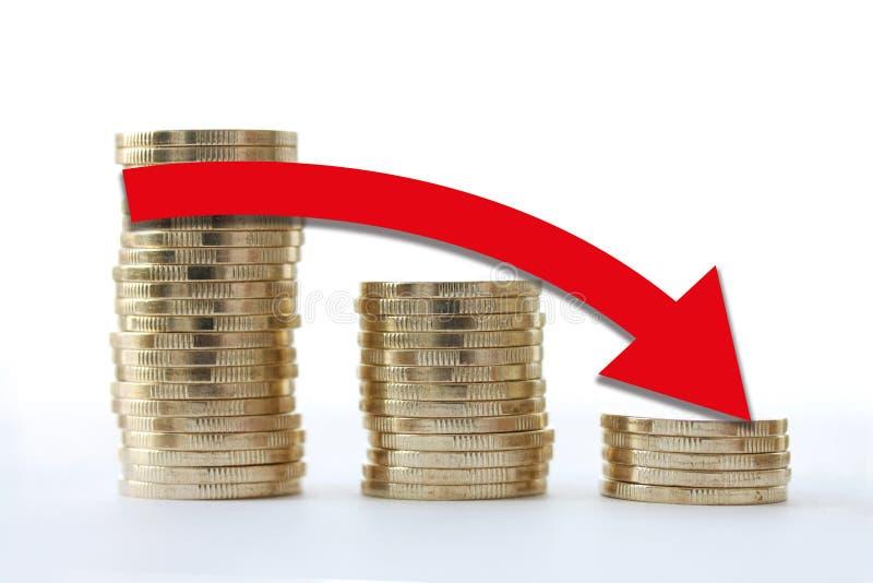 Χρυσό εικονίδιο σωρών νομισμάτων στη μορφή του διαγράμματος Κόκκινο βέλος που πηγαίνει κάτω Επιχειρησιακή έννοια πτώσης οικονομία απεικόνιση αποθεμάτων