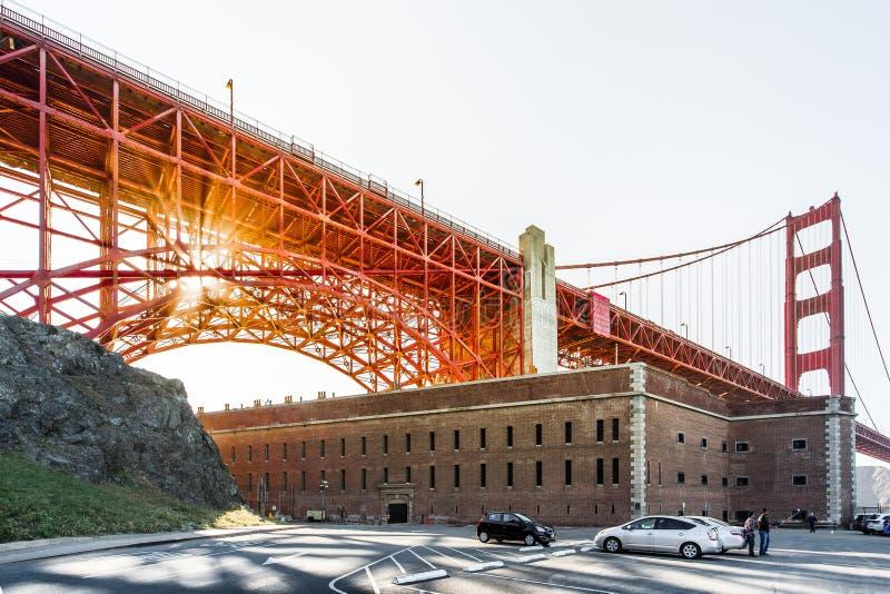 Χρυσό ηλιοβασίλεμα γεφυρών πυλών στοκ εικόνες