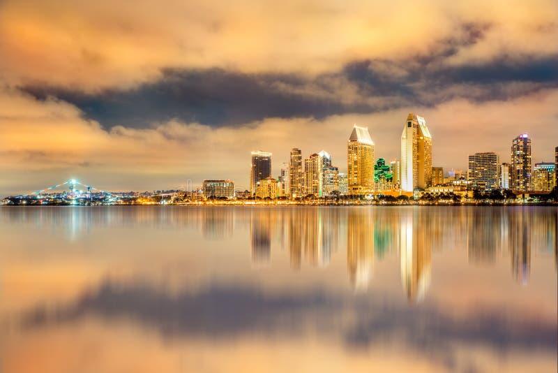 Χρυσό ηλιοβασίλεμα και ορίζοντας του Σαν Ντιέγκο Καλιφόρνια στοκ φωτογραφίες με δικαίωμα ελεύθερης χρήσης