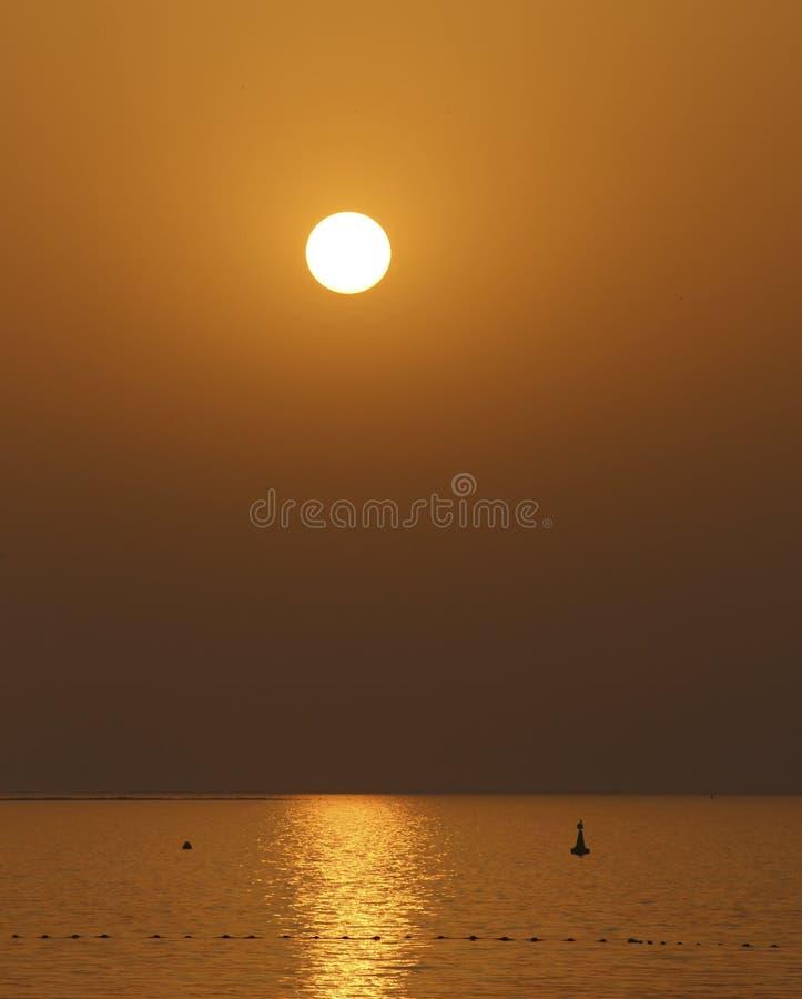 Χρυσό ηλιοβασίλεμα πέρα από τη θάλασσα στοκ εικόνα