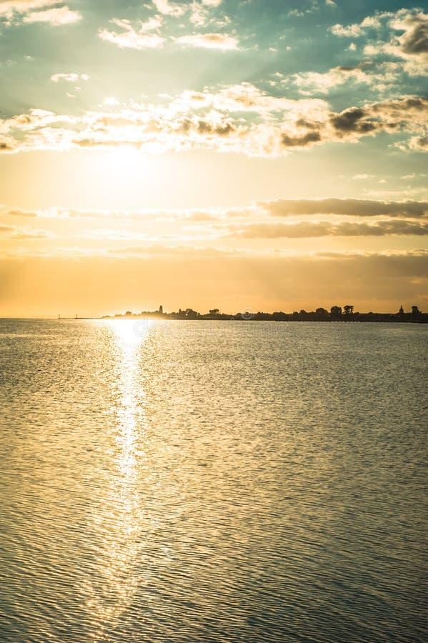 Χρυσό ηλιοβασίλεμα πέρα από τη θάλασσα της Βαλτικής στοκ φωτογραφία