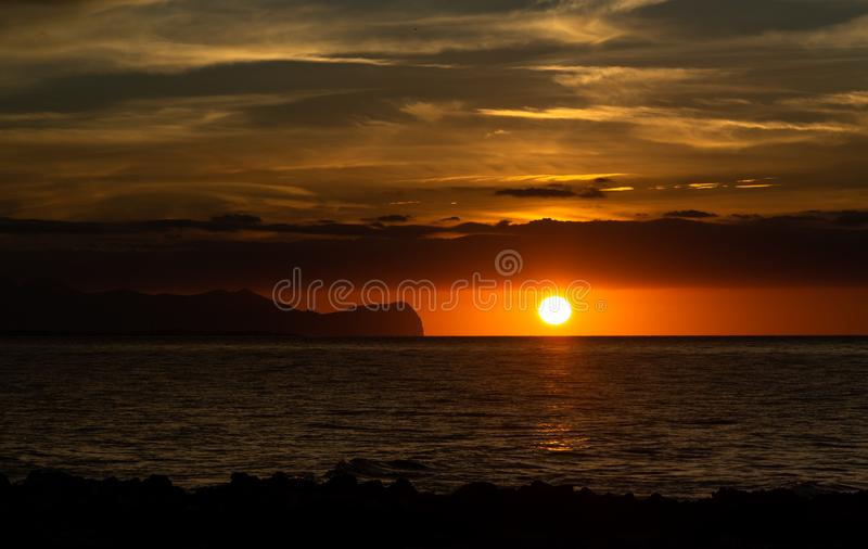 Χρυσό ηλιοβασίλεμα πέρα από τη Μεσόγειο στη Σικελία, Ιταλία στοκ εικόνα με δικαίωμα ελεύθερης χρήσης