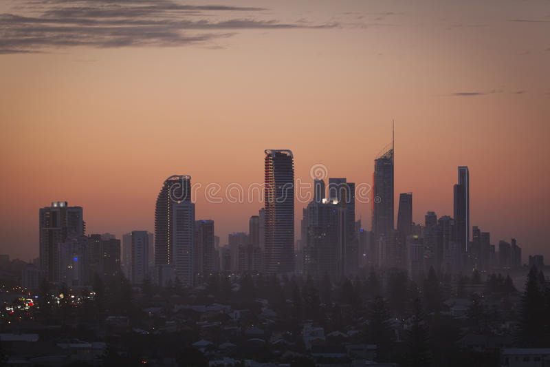 χρυσό ηλιοβασίλεμα πολυόροφων κτιρίων ακτών στοκ φωτογραφία