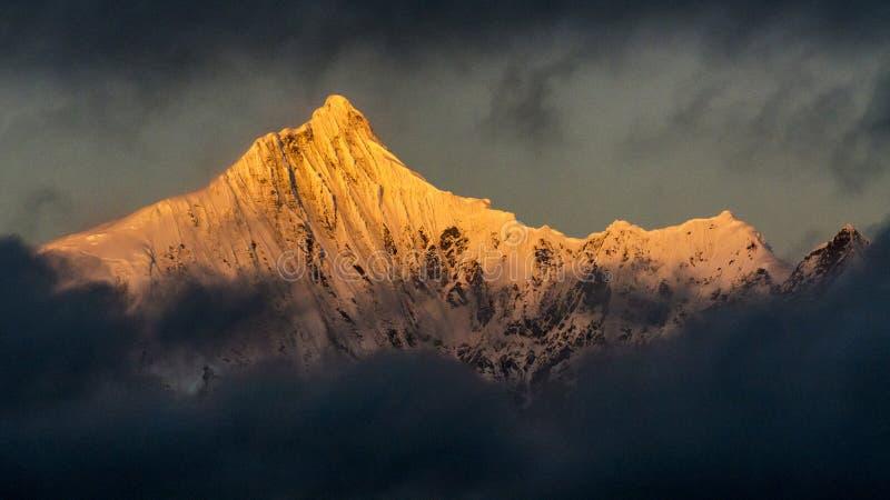 Χρυσό ηλιοβασίλεμα βουνών χιονιού στο Θιβέτ στοκ εικόνα με δικαίωμα ελεύθερης χρήσης