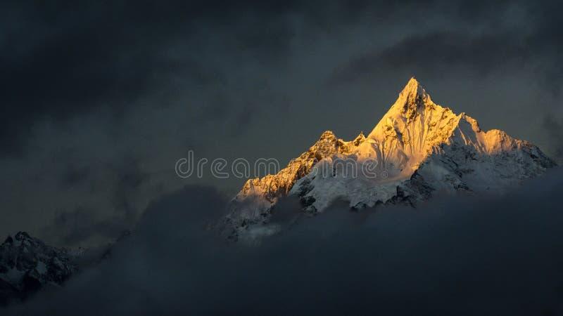 Χρυσό ηλιοβασίλεμα βουνών χιονιού στο Θιβέτ στοκ φωτογραφία με δικαίωμα ελεύθερης χρήσης