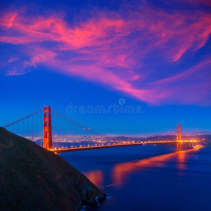 Χρυσό ηλιοβασίλεμα Καλιφόρνια του Σαν Φρανσίσκο γεφυρών πυλών στοκ εικόνες