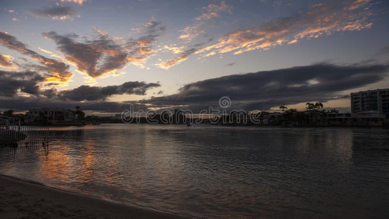 χρυσό ηλιοβασίλεμα παρα& στοκ εικόνα