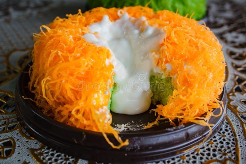 Χρυσό κέικ νημάτων λέκιθου αυγών ή κέικ λάβας Foi Tong κέικ στοκ εικόνα με δικαίωμα ελεύθερης χρήσης
